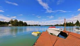 Ansicht des hölzernen Piers mit blauem See Tapps, Himmelhintergrund stockfotografie