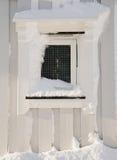 Ansicht des hölzernen schneebedeckten Fensters Lizenzfreie Stockfotografie