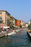 Ansicht des Hafeneingangs Lazise vom See Garda Stockbild