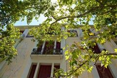 Ansicht des Hauses durch die Bäume Stockfotos