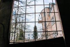 Ansicht des Hauses und des Himmels durch die Stangen stockbild