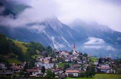 Ansicht des Heiligen Anton morgens Arlberg in Österreich lizenzfreie stockfotografie