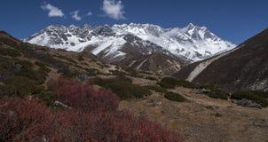 Ansicht des Himalajas (Lhotse auf dem Recht) von Somare Lizenzfreies Stockbild
