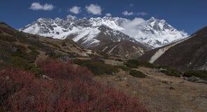 Ansicht des Himalajas (Lhotse auf dem Recht) von Somare Lizenzfreie Stockfotos