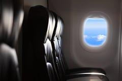 Ansicht des Himmels und der Wolken mit Sonnenlicht vom Flugzeugfenster Lizenzfreie Stockfotos