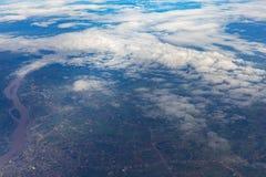 Ansicht des Himmels und des Landes vom Flugzeugfenster Stockbilder