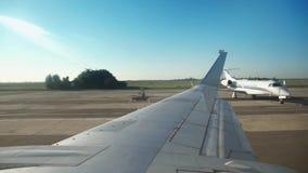 Ansicht des Himmels von den Flugzeugfenstern beim Fahren auf die Rollbahn stock video