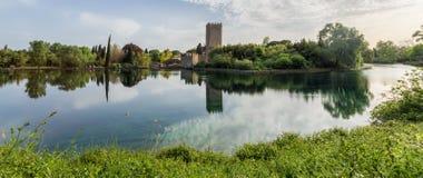 Ansicht des historischen Schlosses und des großartigen Sees des Gartens Stockfotos