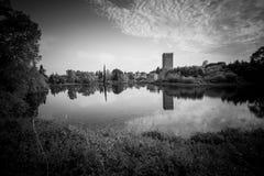 Ansicht des historischen Schlosses und des großartigen Sees des Gartens Stockfotografie