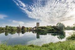 Ansicht des historischen Schlosses und des großartigen Sees des Gartens Lizenzfreies Stockbild