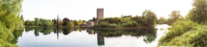 Ansicht des historischen Schlosses und des großartigen Sees des Gartens Lizenzfreie Stockfotos