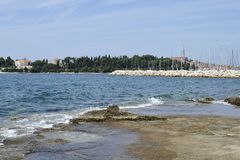 Ansicht des historischen Teils von Rovinj in Kroatien Über der Stadt steigt die Kirche von St. Euphemia Adriatisches Meer mit ein Lizenzfreie Stockbilder