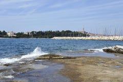 Ansicht des historischen Teils von Rovinj in Kroatien Über der Stadt steigt die Kirche von St. Euphemia Adriatisches Meer mit ein Lizenzfreie Stockfotografie