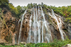 Ansicht des hohen felsigen Wasserfalls Stockfotos