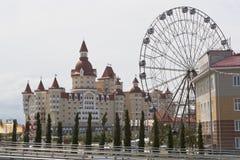 Ansicht des Hotels komplexer Herkules und des Riesenrads mit Olympiapark Lizenzfreies Stockbild