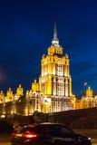 Ansicht des Hotels Ukraine auf Damm des Moskva-Flusses nachts Stockbild