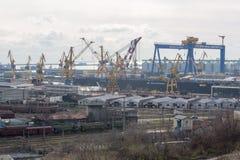 Ansicht des industriellen Kanals mit Kränen Stockbild