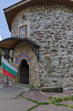 Ansicht des Innenhofs mit alter mittelalterlicher Kirche in wieder hergestelltem Montenegriner- oder Giginski-Kloster Lizenzfreie Stockfotografie