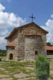 Ansicht des Innenhofs mit alter mittelalterlicher Kirche in wieder hergestelltem Montenegriner- oder Giginski-Kloster Stockbilder