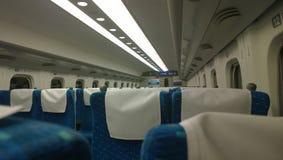 Ansicht des Inneres eines leeren Wagens des Kugelzugs (Shinkansen) Stockbild
