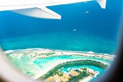 Ansicht des Insel ` s sandigen Strandes vom Flugzeug, Mann, Malediven Kopieren Sie Raum für Text lizenzfreies stockbild