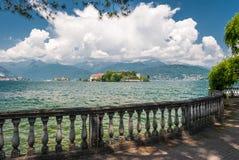 Ansicht des Isola Bella im See Maggiore in Italien von einer Promenade entlang der Küstenlinie Stockfotografie