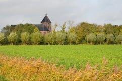 Ansicht des Jacobuskerk in Zeerijp vom Jacobs-Weg stockbilder