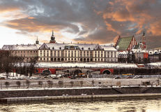 Ansicht des königlichen Schlosses und der Weichsels in der alten Stadt von Warschau an Winter sunse Lizenzfreie Stockfotos