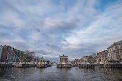 Ansicht des Kanals und der Straßen von Amsterdam im Vorfrühling netherlands lizenzfreies stockbild
