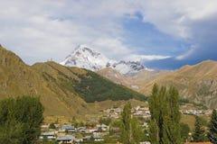 Ansicht des kazbeg Berges Stockfotografie