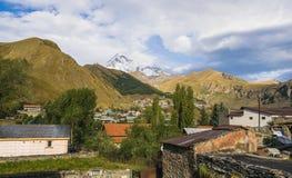 Ansicht des kazbeg Berges Lizenzfreie Stockfotos