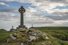 Ansicht des keltischen Kreuzes auf Angelsey mit Twr Mawr-Leuchtturm in BAC lizenzfreie stockbilder