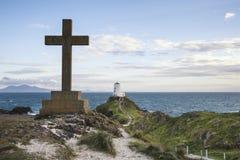 Ansicht des keltischen Kreuzes auf Angelsey mit Twr Mawr-Leuchtturm in BAC lizenzfreie stockfotografie