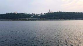 Ansicht des Kiews-Pechersk Lavra vom breiten Dnieper-Fluss stock video
