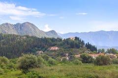Ansicht des kleinen Dorfs am Fuß der Hügel in Montenegro, Europa im Sommertag Stockfoto