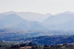 Ansicht des kleinen griechischen Dorfs umgeben durch Berge, Kreta, Griechenland stockfoto