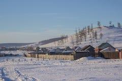 Ansicht des kleinen lokalen Dorf- und Waldberges im Winter bei Khovsgol in Mongolei Stockfoto