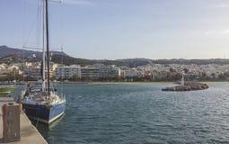 Ansicht des kleinen Rethimno-Hafens und der Stadt im Hintergrund lizenzfreie stockfotos