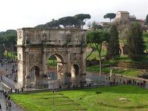 Ansicht des Konstantinsbogens im regnerischen Wetter in Rom, Italien Stockfotos
