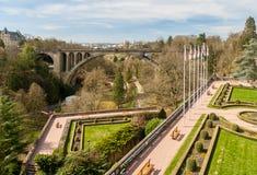 Ansicht des Konstitutions-Quadrats und des Adolphe Bridges in Luxemburg Lizenzfreie Stockfotos