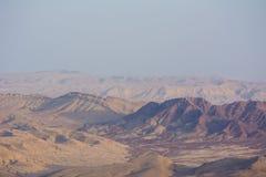 Ansicht des Kraters vom Felsen Nationalpark HaMakhtesh Mitzpe Ramon Abnutzungs-Landform der einzigartigen Entlastung geologische  Lizenzfreies Stockbild