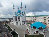Ansicht des Kul Sharif Mosque und die Transfiguration ragen in Kasan hoch Lizenzfreie Stockfotografie