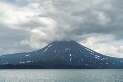 Ansicht des Kuril-Vulkans Und Kuril See, Halbinsel Kamtschatka, Russland lizenzfreies stockbild