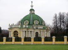 Ansicht des Kuskovo-Grottenhauses am Herbsttag lizenzfreies stockfoto