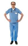 Ansicht des lächelnden erfahrenen medizinischen Fachmannes stockfotografie
