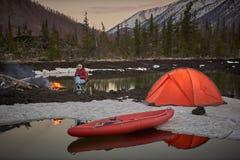 Ansicht des Lagerlebens in einem Gebirgsgelände Seeufer mit Kanu stockfotos