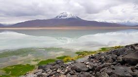 Ansicht des Laguna-BLANCA mit den Spitzen der Schnee-mit einer Kappe bedeckten Vulkane O stockfotografie