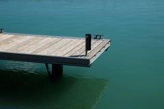 Ansicht des leeren Piers und des Sees Stockbild
