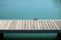 Ansicht des leeren Piers und des Sees lizenzfreie stockfotografie