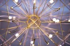 Ansicht des Leuchters von unterhalb, der Leuchter in Form einer Netznahaufnahme stockbilder